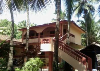 Комнаты в большой вилле и отдельный двухэтажный дом в гостевом комплексе Баптиста хаус в Ашвеме